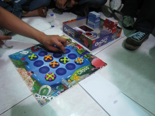 dinner-group-board-game-00