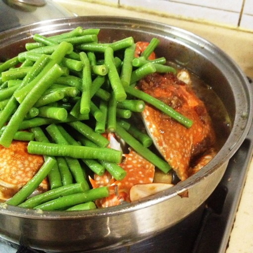 Add the string beans (long beans), this time already blanched, just when the flower crabs have completely turned color.